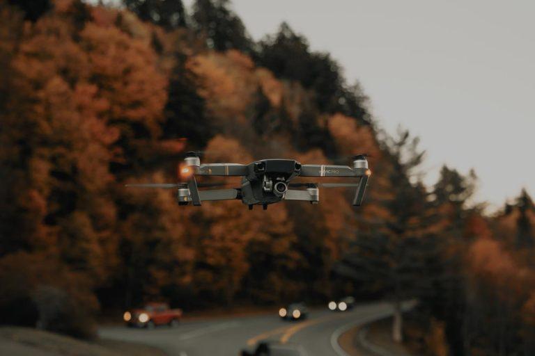 W jaki sposób dron utrzymuje się w powietrzu?