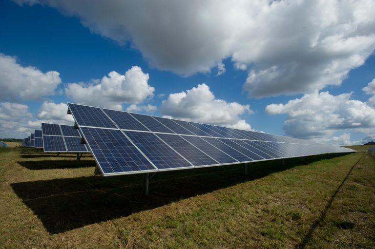 W jaki sposób panele słoneczne wytwarzają energię elektryczną