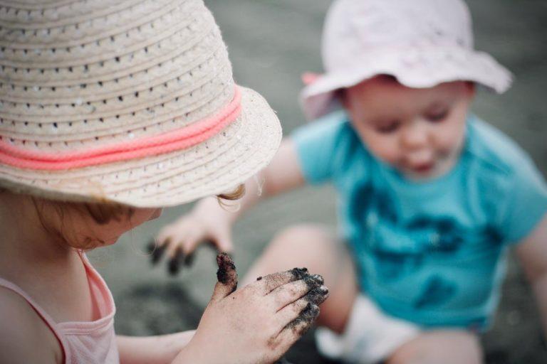 Czym się lubią bawić kilkuletnie dzieci i jaki prezent dla nich wybrać