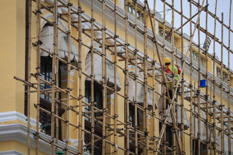 Jak profesjonalnie zadbać o bezpieczeństwo prac prowadzonych na wysokościach?