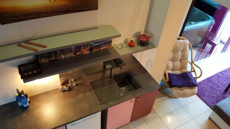 Wygodny apartament z aneksem kuchennym i jacuzzi